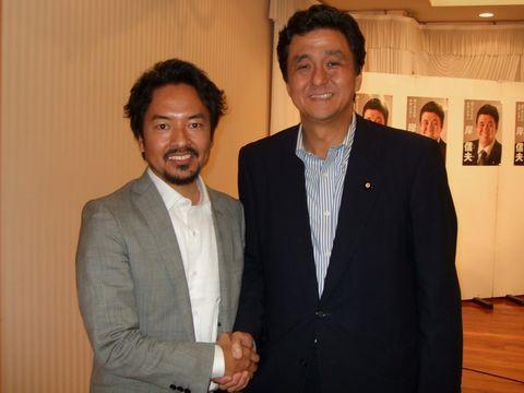 岸信夫 岸信夫参議院議員ともしっかり握手!安倍さんとは実の兄弟、似てますね♪ ... 山口県をデ