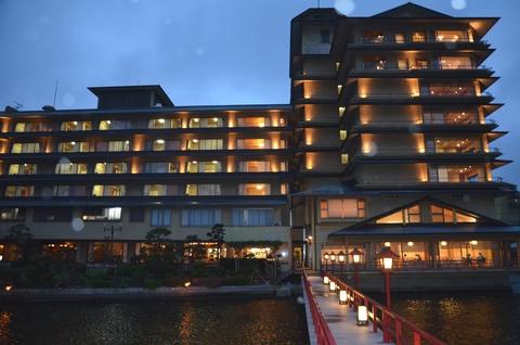 湖に浮かぶ展望風呂がある望湖桜という温泉旅館