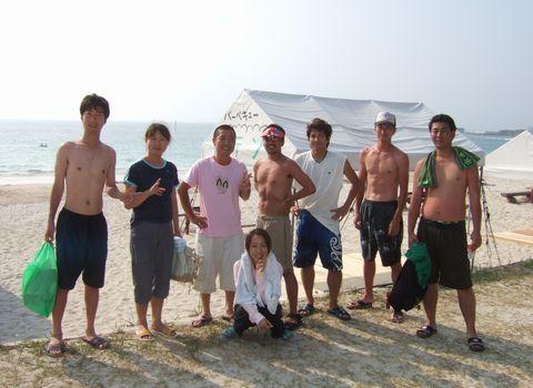 土井ヶ浜海水浴場で記念撮影