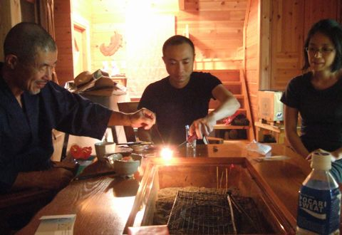 囲炉裏を囲んで線香花火