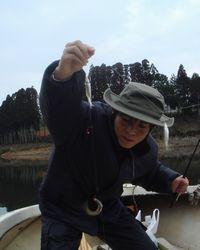小野湖で釣りをする松永隆宏